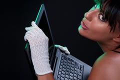 Bellezza con il computer portatile Fotografia Stock Libera da Diritti