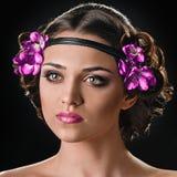 Bellezza con il fermaglio per capelli ed i fiori immagini stock libere da diritti