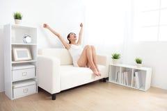 Bellezza con la figura perfetta nell'incoraggiare bianco della biancheria intima Fotografie Stock Libere da Diritti