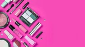 Bellezza, cosmetici decorativi Insieme di spazzole di trucco su fondo rosa Fotografia Stock Libera da Diritti
