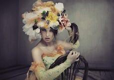 Bellezza del Brunette che si siede su una presidenza Fotografia Stock