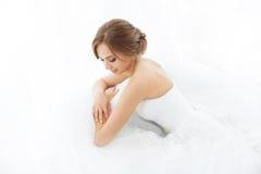 Bellezza delle spose Giovane donna in vestito da sposa all'interno Immagine Stock