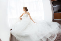 Bellezza delle spose Giovane donna in vestito da sposa all'interno Immagini Stock Libere da Diritti
