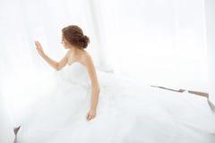 Bellezza delle spose Giovane donna in vestito da sposa all'interno Fotografie Stock