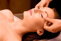 Bellezza di Cacuasian che è massaggiata Fotografia Stock