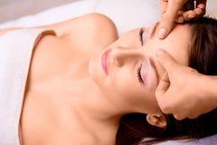 Bellezza di Cacuasian che è massaggiata Fotografia Stock Libera da Diritti