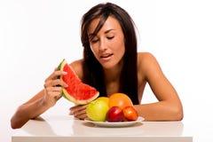 Bellezza di Cacuasian che mangia la frutta Fotografie Stock Libere da Diritti