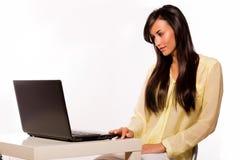 Bellezza di Cacuasian con il suo computer portatile Fotografia Stock