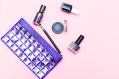 Bellezza di colore ultravioletto e dei cosmetici su un fondo rosa fotografia stock libera da diritti