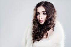 Bellezza di femminilità Bella donna con capelli marroni lunghi immagine stock