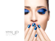 Bellezza e concetto di trucco Trucco blu di modo Fotografie Stock Libere da Diritti