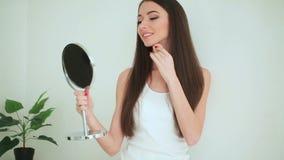 Bellezza e cura Donna che applica crema su pelle La bella giovane donna con pelle fresca pulita tocca il suo fronte facciale stock footage