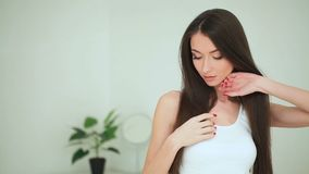 Bellezza e cura Donna che applica crema su pelle La bella giovane donna con pelle fresca pulita tocca il suo fronte facciale archivi video
