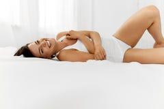 Bellezza e salute Bello divertiresi della donna, rilassantesi all'interno Fotografie Stock Libere da Diritti