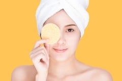 Bellezza e stazione termale, giovane donna che pulisce il suo fronte Fotografie Stock Libere da Diritti