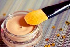 Bellezza e trucco: prodotto del fondamento con la spazzola Fotografia Stock