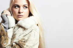 Bellezza Girl di modello biondo in Mink Fur Coat. Bella donna Fotografia Stock