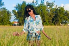 Bellezza ispana su un campo di erba verde Fotografia Stock Libera da Diritti