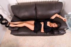 Bellezza latina sul sofà. Fotografia Stock