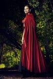Bellezza in mantello rosso fotografia stock libera da diritti