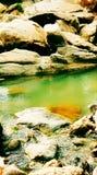 Bellezza naturale dell'acqua statica verde delle rocce dell'acqua Fotografia Stock