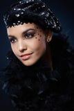 Bellezza nel cappello e nel boa del partito Fotografia Stock