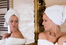 Bellezza nello specchio Fotografia Stock Libera da Diritti