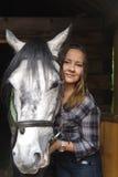 Bellezza occidentale con il suo cavallo Immagini Stock
