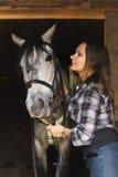 Bellezza occidentale con il suo cavallo Immagini Stock Libere da Diritti