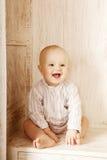 Bellezza poco fare da baby-sitter nel gabinetto Bambino e inte sorridenti Fotografia Stock