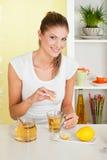 Bellezza, ragazza che produce tè Immagini Stock