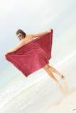 Bellezza del brunette alla spiaggia Immagine Stock