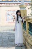 Bellezza vietnamita in a lungo vestito Fotografie Stock Libere da Diritti