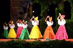 Bellezze colombiane che ballano nella fase all'aperto di festival di notte Fotografia Stock Libera da Diritti
