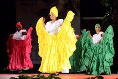 Bellezze colombiane che ballano nella fase all'aperto di notte Fotografie Stock Libere da Diritti
