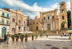 Bellini广场看法有参观圣玛丽亚小山谷` Ammiraglio教会的游人的叫作Martorana教会在巴勒莫 免版税库存图片