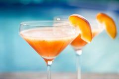Bellini鸡尾酒用在水池附近被隔绝的桃子 库存照片