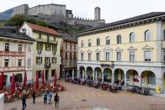 Bellinzona Schweiz - 15 Oktober 2014: Folkgå och si Fotografering för Bildbyråer