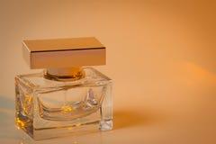 Bello è quadrato con la bottiglia di profumo del ` s delle donne Immagini Stock