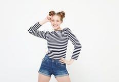 Bello abbigliamento casual biondo felice della ragazza Priorità bassa bianca fotografie stock