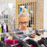 Bello acquisto della donna nel negozio di vestiti Immagini Stock