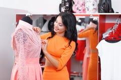Bello acquisto della giovane donna in un negozio di vestiti Fotografia Stock Libera da Diritti