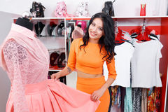 Bello acquisto della giovane donna in un negozio di vestiti Immagini Stock Libere da Diritti