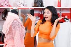 Bello acquisto della giovane donna in un negozio di vestiti Fotografie Stock Libere da Diritti
