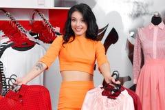 Bello acquisto della giovane donna in un negozio di vestiti Fotografie Stock