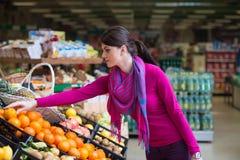 Bello acquisto della giovane donna in un supermercato della drogheria Fotografia Stock