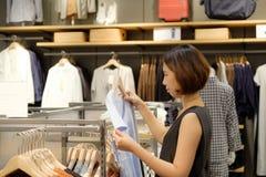 Bello acquisto tailandese della ragazza dell'Asia della donna Immagini Stock Libere da Diritti