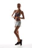 Bello addestramento allegro della ragazza con le teste di legno sopra fondo bianco Immagini Stock Libere da Diritti