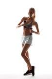 Bello addestramento allegro della ragazza con le teste di legno sopra fondo bianco Fotografia Stock