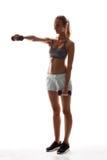 Bello addestramento allegro della ragazza con le teste di legno sopra fondo bianco Immagini Stock